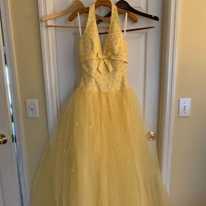 Beautiful yellow ballgown. Perfect for Prom!